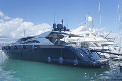 Яхты ставя на якорь в городке взморья в Марине Франции Стоковые Изображения