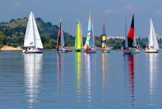 Яхты с красочными ветрилами стоковая фотография rf