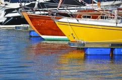 Яхты Sailing в гавани стоковая фотография rf