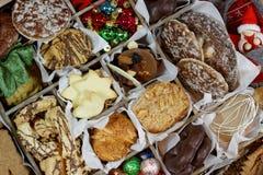 Ящик для хранения с печеньями рождества, орнаментами рождества и бирками подарка стоковая фотография