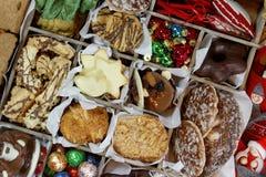Ящик для хранения с печеньями рождества, орнаментами рождества и подарком TagsCookies, конфетами чувствуемые орнаменты для рождес стоковое изображение