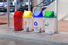 Ящик, мусорная корзина, пластичный ненужный ящик, портит красное желтое голубое и зеленеет 4 типа отхода для рециркулирует на пар стоковые изображения