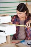 Ящик плотника измеряя с лентой измерения Стоковая Фотография RF