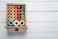 Ящик с красочными шить потоками Стоковая Фотография