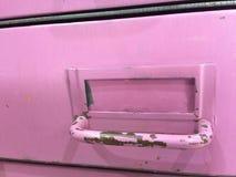 Ящик ярлыка ржавчины шелушения краски лаванды винтажной картотеки Steampunk фиолетовый фиолетовый открытый Стоковые Фотографии RF