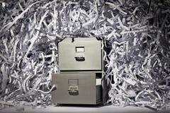 Ящик для хранения карточк и Shredded бумага стоковые изображения rf