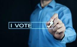 Я голосую текст с рукой бизнесмена стоковая фотография rf