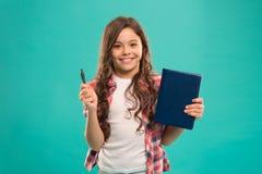 Я готов для школы Ручка и блокнот владением ребенк ребенка умные Сторона девушки милая счастливая любит изучить голубую предпосыл стоковое фото rf