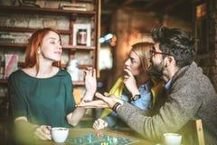 Я играю 3 друз на кафе Стоковое Фото
