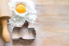 Я люблю испечь концепцию еды с большими пальцами руки вверх по резцу печенья на деревянной предпосылке стоковая фотография rf