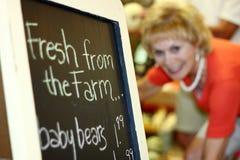 Я покупаю свежие продукты фермы Стоковые Изображения RF