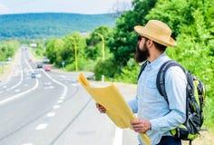 Я потерян на моем пути Путешествовать направления туристской карты backpacker потерянный вокруг мира Найдите лист карты направлен Стоковое Фото