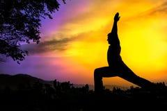 я представляю йогу ратника virabhadrasana силуэта Стоковое Изображение RF
