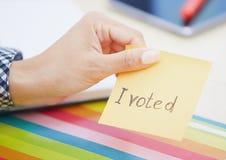 Я проголосовал текст на слипчивом примечании Стоковое Фото