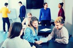 Ядреные одноклассники одушевляя беседы на проломе между классом стоковое изображение rf