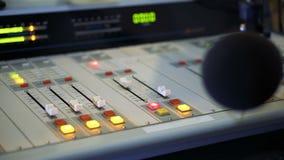Ядровый смеситель и микрофон в студии широковещания на радио сток-видео