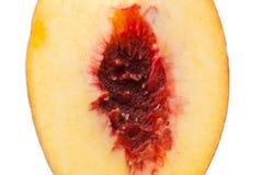 Ядр зрелого персика, селективного фокуса Изолировано на белизне Стоковое фото RF