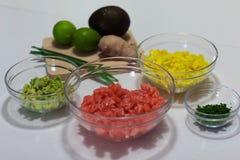 Я сделал этим фотоснимком ингредиенты прерванные и подготовленные сварить тартар семг Эти ингредиенты авокадо, манго, семга стоковое изображение rf