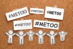 Я слишком слово hashtag на белых бумагах и людях на доске объявлений Я слишком hashtag общественного движения против сексуального стоковое изображение rf