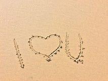 Я тебя люблю, надпись на песке стоковое фото