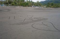 Я тебя люблю написанный в песке стоковое фото rf