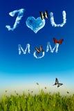 Я тебя люблю поздравительная открытка мамы с письмами облака стоковое изображение