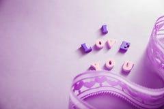 Я тебя люблю помечающ буквами с лентой на фиолетовой предпосылке Принципиальная схема дня ` s Валентайн Стоковые Фото