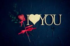 Я тебя люблю - деревянная фраза на черной каменной предпосылке Стоковая Фотография