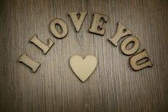 Я тебя люблю деревянные сердце формы и письма, тема влюбленности Стоковое Изображение