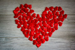 я тебя люблю форма сердца деревянного bacground красная, тема влюбленности Стоковые Фотографии RF