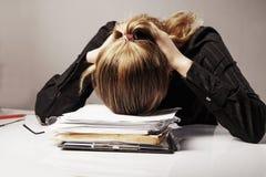 Я хочу спать Молодая бизнес-леди утомлянная от острословия конторской работы Стоковая Фотография