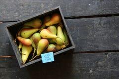 Я люблю реальные ярлык и груши еды в деревянной коробке на таблице Стоковые Изображения