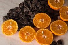 蜜桔切了在桌甜和水多的切片的 库存图片