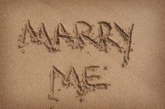 '与在沙子'写的我结婚在海滩 免版税库存图片