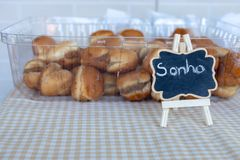 '卖在面包店中的Sonho'巴西传统甜点 图库摄影