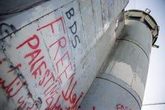 '在以色列隔离墙上的BDS'和'自由巴勒斯坦'街道画 免版税库存照片
