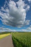 '垂悬'在天空的一朵大云彩在领域 库存图片