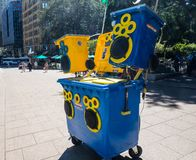 '晴朗的在自行车前轮离地平衡特技容器的容器的一个伴音系统是未来流动声音,并且娱乐,运用太阳能 库存照片