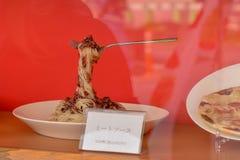 '肉调味汁的意粉塑料显示 库存图片