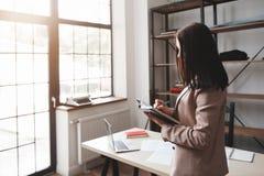 '要做名单的'妇女文字在她的笔记本 免版税图库摄影