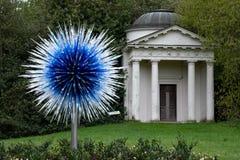 '青玉由维多利亚门的星'展览在基奥庭院伦敦英国'在自然的反射'陈列Chihuly 免版税库存照片