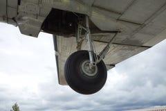 '飞机的起落架的特写镜头 免版税图库摄影