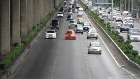 'Banguecoque, Tailândia - 19 de agosto de 2018: Nomes Thanon Borommaratchachonnani da estrada de Tailândia com muitos carros na p video estoque