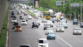 'Banguecoque, Tailândia - 19 de agosto de 2018: Nomes Thanon Borommaratchachonnani da estrada de Tailândia com muitos carros na p filme