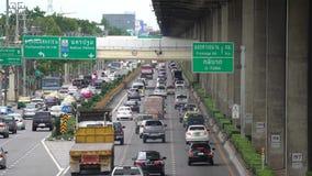 'Banguecoque, Tailândia - 19 de agosto de 2018: Nomes Thanon Borommaratchachonnani da estrada de Tailândia com muitos carros na p vídeos de arquivo