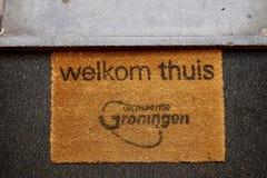'Capacho bem-vindo da casa dos thuis de Welkom com logotipo da cidade de Groningen foto de stock