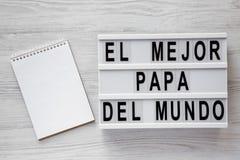 ?EL palavras de Mejor Papa Del Mundo ?na placa moderna, bloco de notas vazio sobre o fundo de madeira branco, vista superior Em c foto de stock royalty free