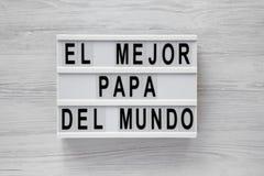 ?EL palavras de Mejor Papa Del Mundo ?na placa moderna sobre a superf?cie de madeira branca, vista superior A?reo, de cima de, co foto de stock royalty free