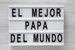?EL palavras de Mejor Papa Del Mundo ?no lightbox sobre o fundo de madeira branco, vista superior A?reo, de cima de, configura??o foto de stock