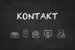 'Kontakt'文本和象在黑板 翻译:'联络' 皇族释放例证